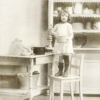 5428 - Girl on kitchen chair